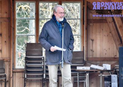Muskö kulturförenings ordförande Lars Vestersköld håller tal och välkomar våren. Foto: Bengt Grönkvist