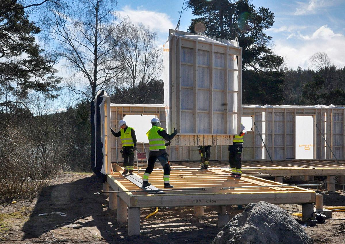 Älvsnabbens Bygg AB. Montering av hus med helikopter. Foto: Bengt Grönkvist